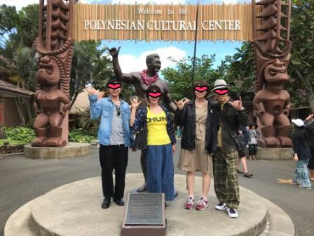 ハマナ・カリリの像の前で家族写真