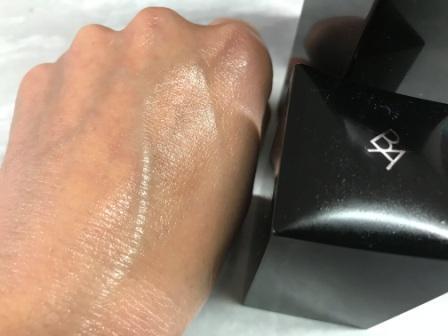 ポーラBAミルク(乳液)を手の甲にのばした状態